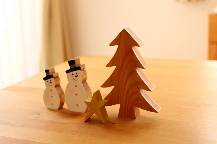 たとえば、ツリーやスノーマンなどのモチーフを飾るときには、「木製」のアイテムを選んでみてはいかがでしょうか。木の優しい質感がインテリアになじみ、さりげなくクリスマスムードを演出してくれます。  ほかにもインテリアグリーンと一緒に飾ったり、アースカラーのアイテムを選ぶのもおすすめ。マットな質感のモノなら目立ち過ぎず、空間になじみます。