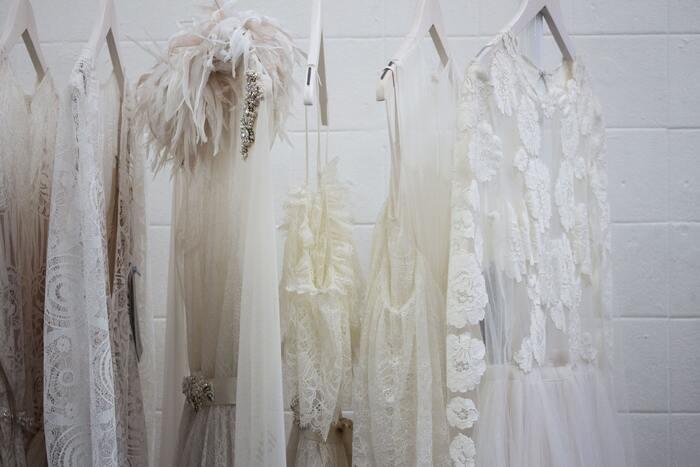 「思い出があるから」「気に入っているから」という理由で、着ない・着られない服がクローゼット占める割合が高い場合は、過去にとらわれて今の自分をおろそかにしているような状態です。もう着る機会はないけれど、思い出があるから捨てられないという服は、服ではなく「コレクション」なのでクローゼットとは別の場所にしまう事をおすすめします。