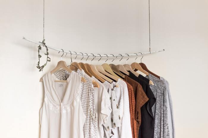 出かける時に、変な格好じゃないかな…?と悩まないためには、「気に入っている服だけを残して後は手放す」のが一番間違いがありません。「着られる状態かどうか」ではなく「着たいと思う物」だけ持ち、服を買う時も「安くなったからお得」ではなく「自分に似合ってしょっちゅう着たいか」で選び、不必要な服を増やさないのが一番です。「何かの時に着られるかも」と微妙な服を残しておくとコーデの成功率が下がる…くらいの気持ちで。