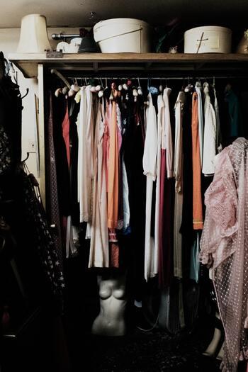 持っている服が多くてもそれがメリットとは限りません。手持ちの服をひっくり返して「こんなの持ってたっけ?」と思う物がある状態なら「管理が行き届いていない」状態であると言えます。