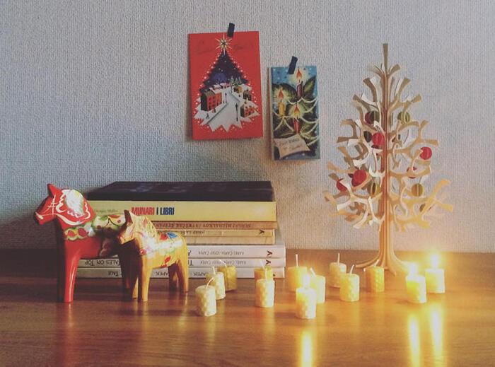 キナリノ読者さんのなかには、「ナチュラルな優しい雰囲気のクリスマスディスプレイが好き」という方も多いのではないでしょうか。鮮やかなレッドとグリーンの定番クリスマスカラーを取り入れながら、ナチュラルに見せるコツは「素材感」にこだわること。