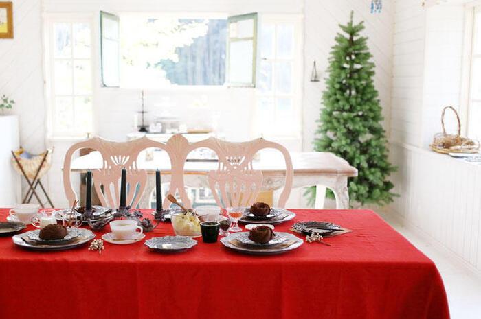 クリスマスの食卓はテーブルコーディネートにもこだわってみませんか。赤と緑のクリスマスカラーを基本に、季節のボタニカルを添えてナチュラルに仕上げるのが◎ テーブルクロスやランチョンマットなど、ファブリックを変えるだけでも気分がでますよ。