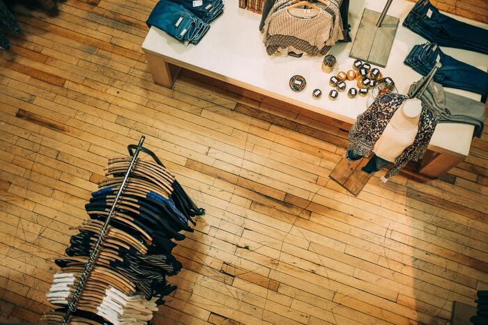 「気に入った服がない」という場合、意外と試着せずに買うのが当たり前になっている事があります。「試したら買わなければならない」という事はありませんので、とにかく気になったら着てみてチェックする事が大切です。試着の段階で「ちょっと微妙…」と感じた服は、買ったとしてもほとんど着るとこがない服になります。試着慣れしていない場合は量販店など、買わない時も店員さんに直接断らなくても良いシステムのお店から慣れていきましょう。