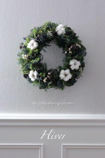 クリスマスらしいインテリアを楽しむなら、リースを飾るのがおすすめ。魔除けや豊作祈願など、さまざまな意味が込められているクリスマスに欠かせないアイテムです。