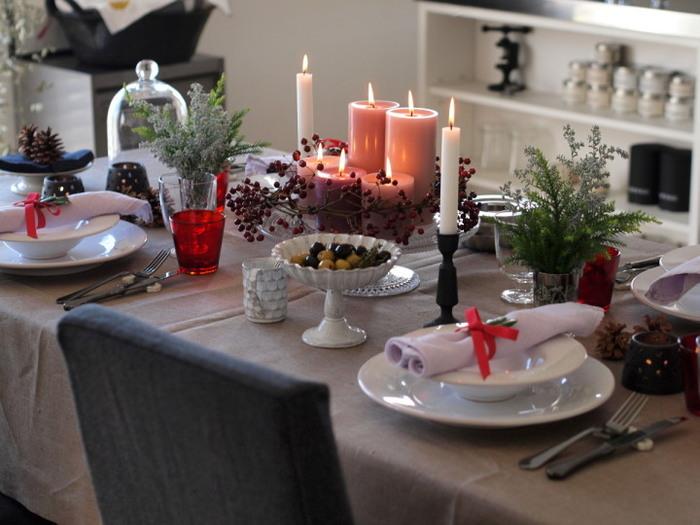 たとえば、クリスマスカラーのテーブルランナーやナフキン、キャンドルなど、正統派のクラシカルなクリスマステーブルコーディネート。それにボタニカルをふんだんにプラスするだけでこんなに華やかで素敵なインテリアに。  今回は、インテリア上手さんが実践するナチュラルに楽しむクリスマスディスプレイのアイデアをご紹介します。