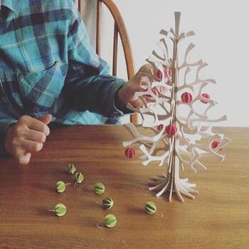 こちらは、モミの木に見立てたバーチ材(白樺の木)のクリスマスツリー。優しい木の質感が楽しめるアイテムです。  薄い木材を組み合わせてつくられているので、収納もコンパクトで便利。