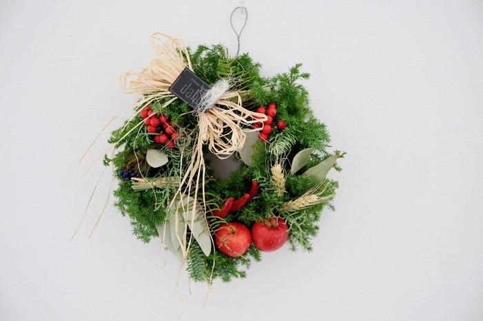 木の枝や葉などで形づくられたクリスマスリース。日本で言うしめ縄のような役割に近いリースは、飾りとして楽しむだけでなく、いつまでも幸せが続くように…という意味が込められています。そんな意味にも思いをはせたいですね。