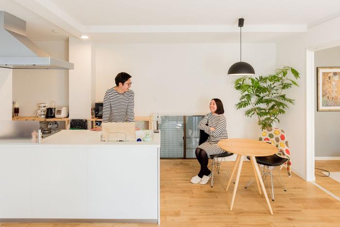 家族のコミュニケーションが取りやすくなる鍵は、キッチンとダイニングの関係。こちらのお宅のように、キッチン横にダイニングテーブルを配置すれば、料理する人がキッチンに立っていても家族とコミュニケーションが取りやすくなります。調理・配膳・片付けの家事動線もスムーズになり、一石二鳥。