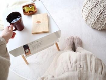 お部屋が狭くなるから家具を増やしたくない、という方におすすめなのがローサイドテーブル。本やコーヒーなどが置けるだけの小さなもので構いません。  チェアやソファの傍らに置けば、居心地がグンと良くなります。