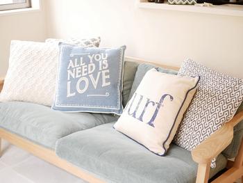 ソファにはクッションを。インテリアとして素敵なだけでなく、ひじ置きや枕、背中や腰を支えてくれるなど、ラクな姿勢を保つのに役立ちます。