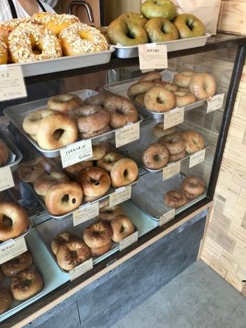 群馬県前橋市にある「福ベーグル 川原町店」は、国産小麦粉100%の焼きたてベーグルが人気の専門店。県内に数軒あり、どのお店でも常時20種類以上のベーグルが並んでいます。