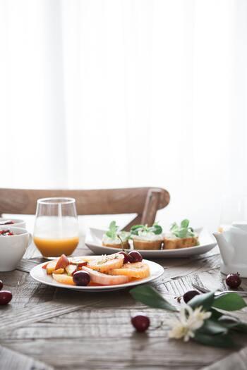 エネルギー源であるブドウ糖を睡眠中にたくさん消費した脳は、朝の食事でエネルギーを補給しないと、ぼんやりしたまま活動を始めてしまうことになります。また、朝食を抜いた空腹状態で昼食を摂ると、食欲が増してかえって肥満の原因に繋がるとも言われます。体温を上げて集中力を高めるためにも、朝は毎日きちんと食事をすることが大切です。