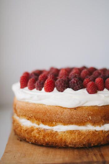 手作りすると安く作れるのも手作りケーキならではのメリット。ですが、どうしてもスポンジケーキを作るのが面倒という人は、既製品を使うという手もあります。 ズボラさん、不器用さんでも作れるクリスマスケーキのレシピとアイデアを集めたので参考にしてみてくださいね。