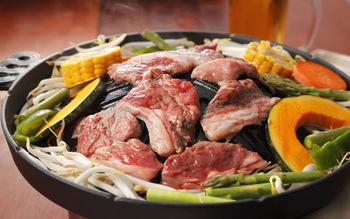 シーズニングをすることで鍋表面がコーティングされるので、焦げ付きにくくお手入れも楽チンに♪鍋を使った後の洗い方は、水洗いがおすすめ。金たわしや鍋洗い用のブラシを使えば汚れをきれいに落とすことができますよ。