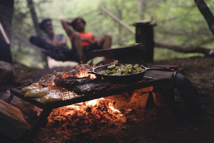 どっしりとした安定感のある南部鉄器のジンギスカン鍋は、キャンプなど大人数でのジンギスカンにぴったり!キャンプでもまるでお店で出てくるかのような本格的なジンギスカンを楽しむことができますよ♪