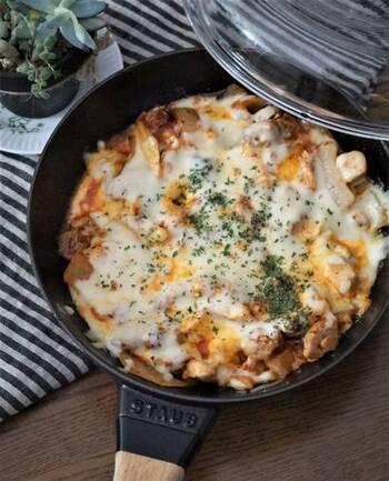 鶏もも肉とキムチ、玉ねぎを炒めて、ピザ用チーズをふんだんに振りかけた、韓国風のチーズ焼き。ピリリとした辛さがアクセントに!こだわり派さんはモッツァレラチーズなど、好きなチーズを使ってみて。