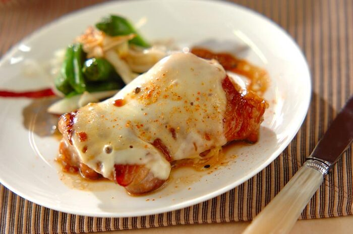 下味をつけた鶏もも肉を蒸し焼きにすることで、ふんわりと柔らかな食感に♪甘めの照り焼きソースとチーズの相性は抜群です!