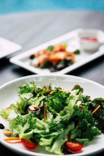 美容に欠かせないビタミン類やミネラルをしっかり摂取するには、野菜や果物をバランスよく食べることが必要です。「朝食には果物をプラスする」「外食では野菜のお惣菜を一品増やす」など、積極的にメニューに加える癖をつけましょう。時間がない時は野菜ジュースなどで代用してもOK、というルールにしておくと、無理なく続けられます。