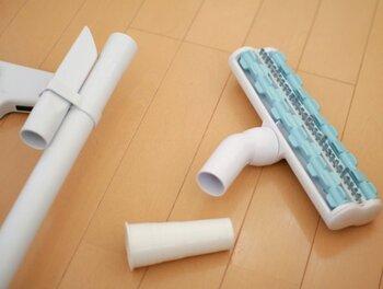 マキタのコードレス掃除機は、用途に合わせて別売のアタッチメントを付けて使用できます。標準のヘッド部分はおもにフローリングの床掃除に向いている仕様ですので、カーペットやお布団の掃除をしたいときは専用のノズルに付け替えると格段に能力がアップします。