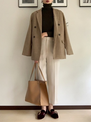 ビックサイズのテーラードジャケットを、パンツ合わせでかっこよく決めた上品コーデ。メンズライクなテーラードジャケットも、柔らかなホワイトやベージュのアイテムで合わせれば女性らしく仕上がります。
