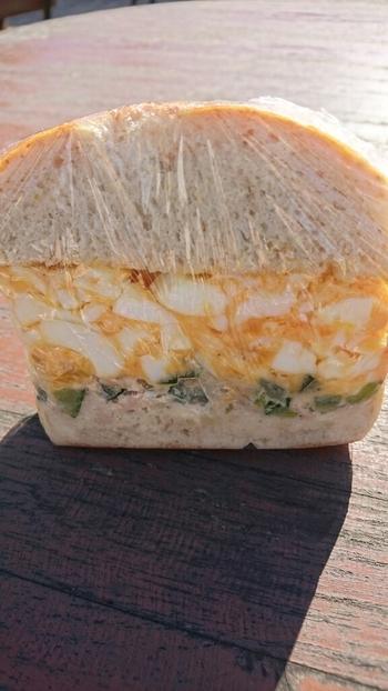 たっぷりの卵のベーグルサンドも人気です。ベーグルサンドには、北海道産の「香麦」を使ったもちタイプのベーグルを使っているというこだわり。