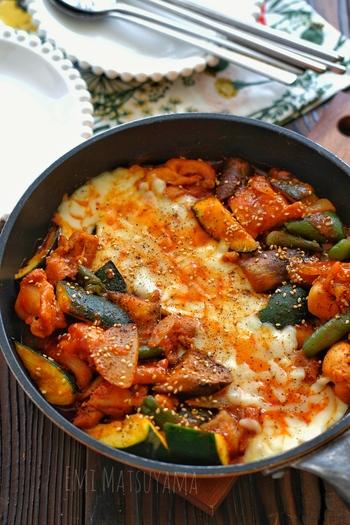 野菜たっぷりのヘルシーなタッカルビ。フライパンで作って、テーブルにそのまま出してアツアツを召し上がれ♪