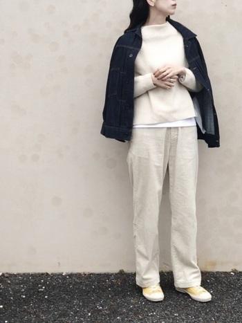 ニット・パンツ・インナーをオフホワイトで統一し、デニムジャケットで引き締めたスタイル。淡いカラーは膨張しがちですが、アウター次第でメリハリが出せますよ。