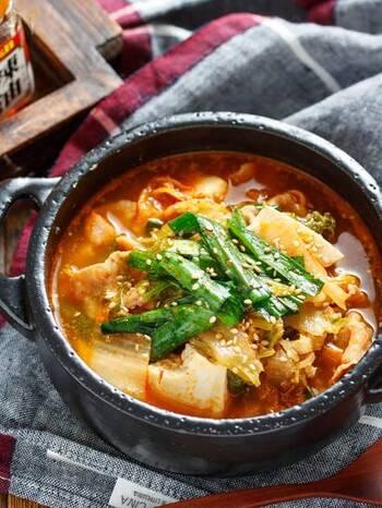 豚肉・キムチ・白菜を炒め、スープを注いで豆腐を加え、2〜3分煮るだけのお手軽さ。食べると体の内側からポカポカ温まります。