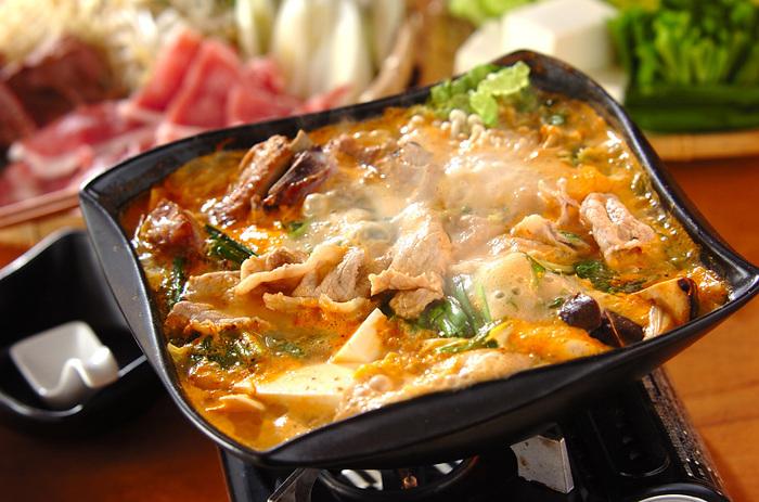骨付き豚肉を使うことで旨みアップ。豚肉にこんがりと焼き色をつけることでさらにコクが増します。たっぷりのお野菜と一緒に召し上がれ♪