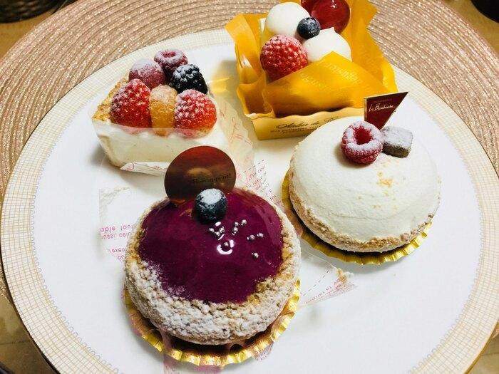 """小さめでも満足感のあるケーキは、見た目も味も逸品。フランス語で、""""みんなでワイワイ楽しむ宴""""という店名の通り、楽しいホームパーティーのお呼ばれなどに、こちらのケーキを差し入れてみてはいかがでしょうか?"""