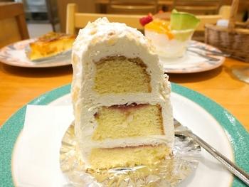 涼しい季節限定の「サウンドクランツ」は、レモン風味のバター生地にバタークリームとラズベリージャムをサンドした昔懐かしいケーキ。濃厚なコクで食べごたえ満点です。