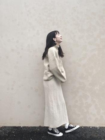 オフホワイトのタートルセーターに同色のニットスカートを合わせたナチュラルなフェミニンコーデ。素材感を合わせることで、ワンピースやセットアップ風に見せることもできますね。