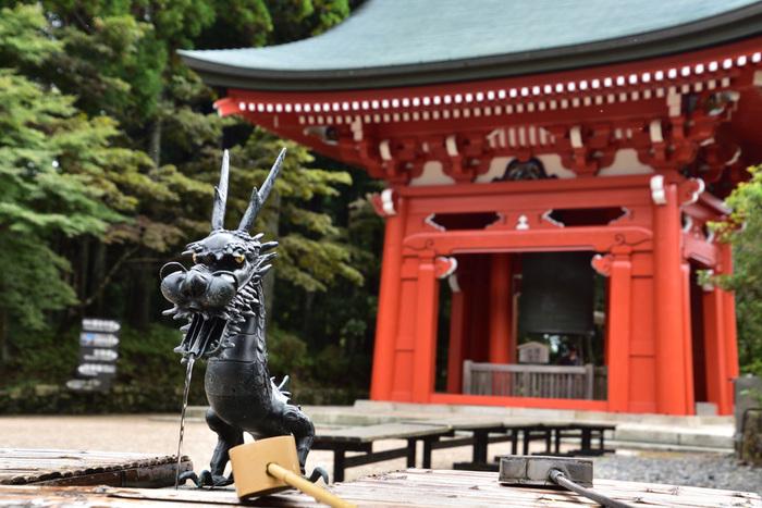 大講堂のすぐ近くには、大きな鐘楼があります。延暦寺の鐘楼では、鐘を打つことができます。深い緑の樹々に囲まれた境内を散策しながら時折聞こえてくる鐘の音は心地よく、独特の風情があります。