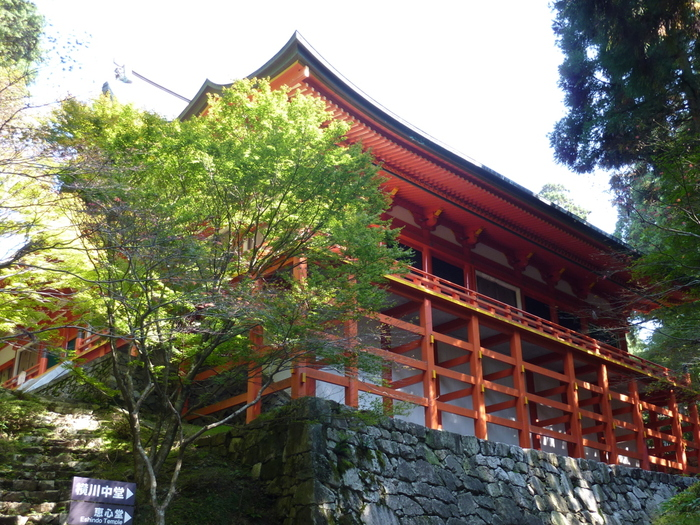 横川の本堂となる横川中堂は、遣唐使船を模した舞台造りの建築物です。朱色の舞台柱、苔むした石垣、深緑の樹々が見事に織りなし、遠望した横川中堂は、まるで一幅の掛軸のようです。