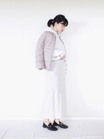 ペールピンクのダウンジャケットは、中を白パーカー&ニットスカートでほっこり爽やかなワントーンで統一。ノーカラーの首元からフードを覗かせ、こなれ感をアップしています。