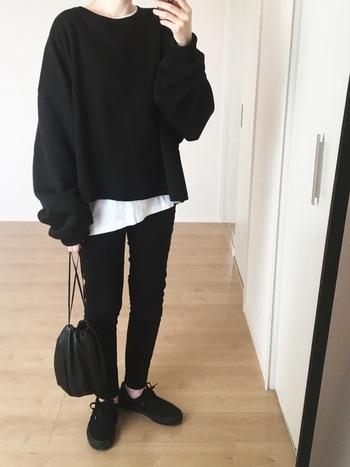 厚手のニットやアウターを着る冬は、黒などダークトーンで全てまとめると重たい印象になりがち。そこでトップスのインナーに着た白シャツを裾から少しだけ覗かせた着こなしもおすすめです。