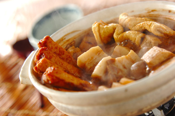 名古屋のおでんでは、八丁味噌や砂糖を使った甘辛味が特徴です。しっかり味のおでんが食べたいときにおすすめ。味噌が具に染み込んでコクのある味わいです。具には、豚モツや焼き豆腐、大根などがよく使われますが、モツが苦手な方はこちらのレシピのように豚肉でもOK。豚バラ肉が相性ぴったりなのだそう♪