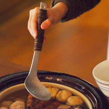 持ち手部分にはアケビのツルが巻きつけてあるから熱くならず、滑りにくくてオシャレ。お玉の部分はアルミ素材を叩きながら成型をする槌目(つちめ)打ちという技法で仕上げられていて、芸術品のように美しい。