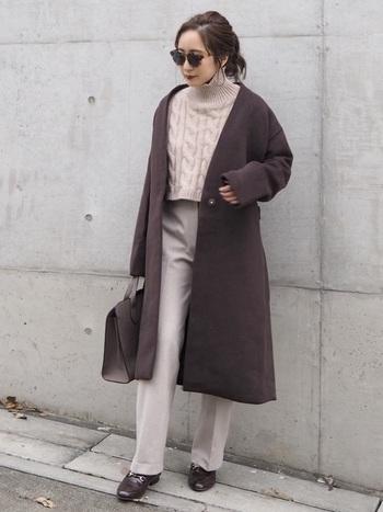 ピンクベージュのケーブルニットとグレージュのパンツを合わせたニュアンスカラーのきれいめワントーンコーデ。モカブラウンのチェスターコートを羽織って、アウターと同色のバッグや靴で統一感をアップ。