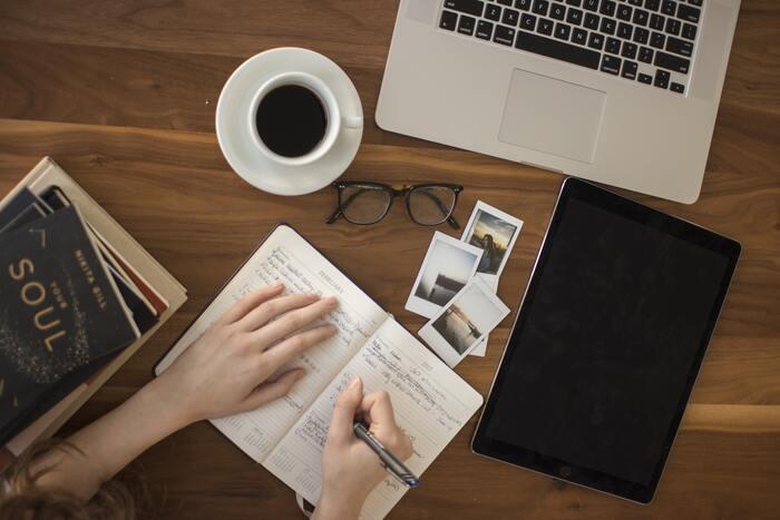 自分の心の状態は、文字に起こすことでより客観的に把握できるようになります。今日1日の出来事や嬉しかったこと、悩んでいることや新しいアイデアなど、思いついた内容をあれこれメモに残してみましょう。頭の中も整理され、書いてみるまで気付かなかった発見をすることもあります。