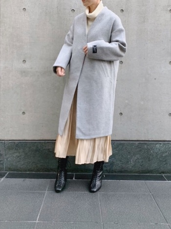 ライトグレーのコートに、ライトベージュのニットとプリーツスカートを合わせた柔らかい印象のスタイリング。コートのインナーの色が違っても、ライトトーン同士にすることでしっくりと馴染みます。