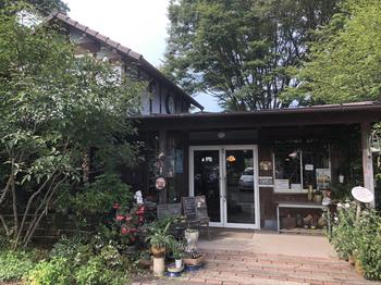 加須市にある「玄蕃ファーム(げんばんファーム)」は、カフェと植物の苗や植木の販売店が一緒になったお店。シンボルツリーの大きなケヤキを目印に訪ねてみてください。