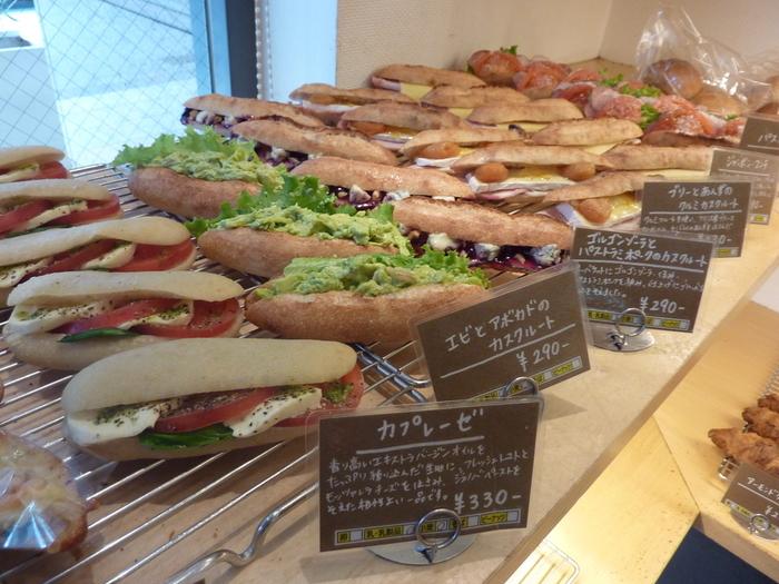 ズラッと揃ったハードパンは、食事にピッタリなものから甘い系まで、種類も豊富♪朝ご飯から夜食まで、サラリーマンも御用達の品揃えです。