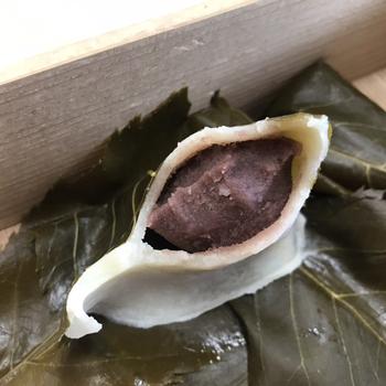 桜の葉を食べるかどうか迷うことはありませんか?長命寺の桜もちは、お餅の香りづけと乾燥を防ぐためにつけてあるので、はずしておもちをいただくのがおすすめだそう。