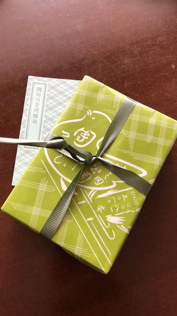 うぐいす色の包装紙に包まれたお団子や最中は、知る人ぞ知る銘菓。目上の方への手土産にもおすすめです。