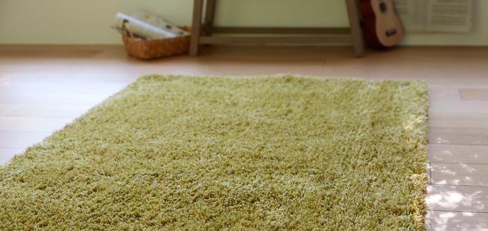 ふわふわとした毛足の長いラグは、包み込まれるような踏み心地が特徴。冬の寒さから足元を守ってくれます。北欧インテリアやナチュラルインテリアに合わせるなら、芝生のように毛足の長いグリーンのラグがおすすめ。木製家具やインテリアグリーンにもなじみます。