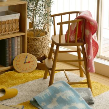 冬小物として重宝するブランケットは、ソファやチェアにさりげなく掛けておくだけで絵になります。