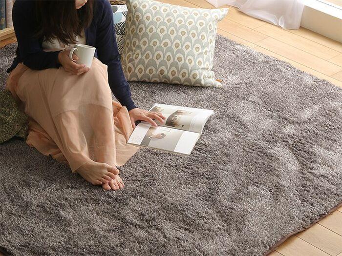 毛足の長いシャギーラグがフローリングの冷たさを軽減するので、床で過ごす時間も快適。ラグを敷けば、気軽にロースタイルインテリアが楽しめます。