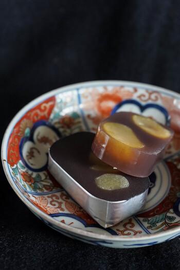 明治神宮菓道敬神会献上の栗羊羹も定番です。丁寧に煮た透き通った餡は、驚くほどやわらか。黄金色の栗も存在感たっぷりで、ひと口頬張れば上品な甘さが広がります。