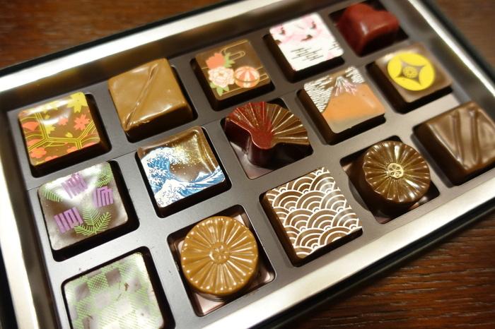 日本古来の伝統模様を描いたチョコレートは、箱を開けた時の歓声と笑顔が目に浮かぶような美しさ。手前の波模様は、無限に広がる波に未来永劫の願いと平安な暮らしへの願いが込められた「青海波(せいがいは)」という縁起の良い文様です。墨田区ゆかりの葛飾北斎の絵柄のチョコレートなどもありますよ。